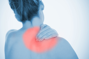 Woman rubbing highlighted shoulder painの写真素材 [FYI02232958]