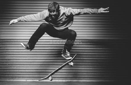 Skateboarder in mid ollieの写真素材 [FYI02232991]