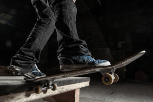 Skater balancing on edge on manual padの写真素材 [FYI02233043]