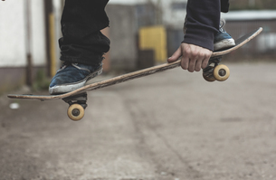 Skater grabbing his board mid airの写真素材 [FYI02233090]