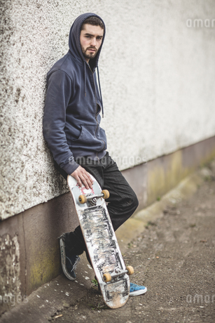 Skater leaning against wallの写真素材 [FYI02233099]