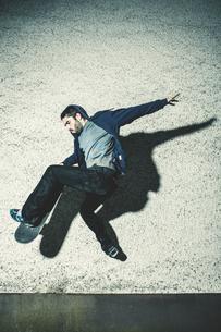 Skater mid air grabbing his boardの写真素材 [FYI02233184]