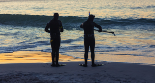 SIlhouettes of people holding snorkeling equipmentの写真素材 [FYI02233248]