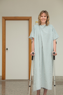 Female patient walking with crutchesの写真素材 [FYI02233372]