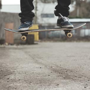 Skaters feet on board mid airの写真素材 [FYI02233396]