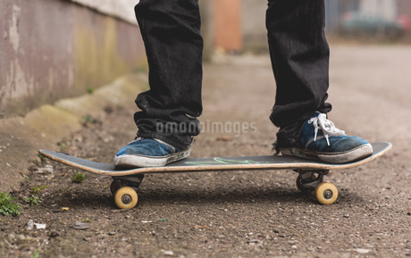 Skater standing on his boardの写真素材 [FYI02233458]