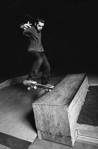 Skater doing impressive backside grindの写真素材 [FYI02233524]