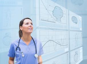 Nurse observing graphics on screenの写真素材 [FYI02233536]