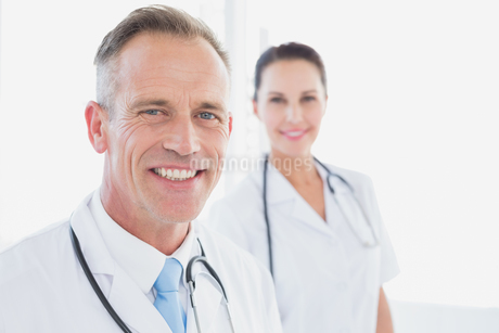Doctor looking at the cameraの写真素材 [FYI02233716]