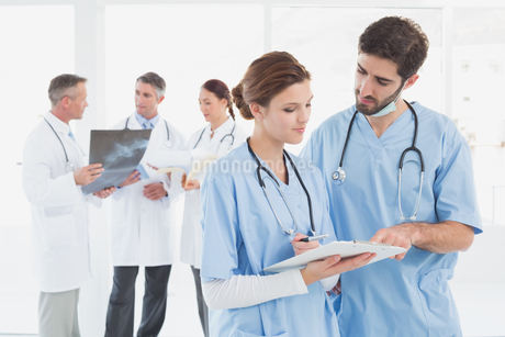 Nurses reading a file togetherの写真素材 [FYI02233810]