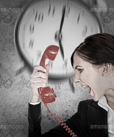 Businesswoman under pressure with deadlineの写真素材 [FYI02233891]