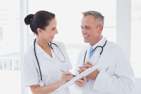 Doctors smiling and working togetherの写真素材 [FYI02233974]