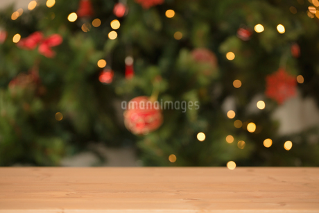 Desk with christmas tree in backgroundの写真素材 [FYI02234060]