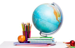 Pupils desk with books and globeの写真素材 [FYI02234270]