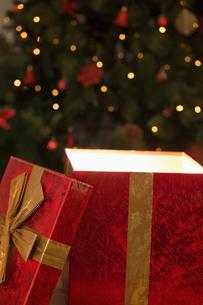 Light shining from christmas presentの写真素材 [FYI02234304]
