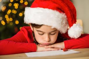 Little girl waiting for santaの写真素材 [FYI02234319]