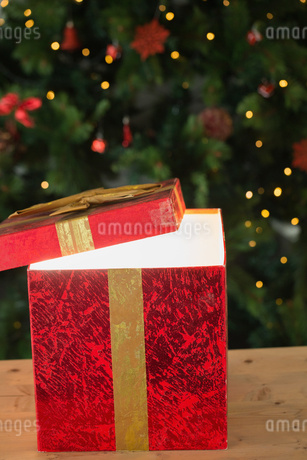 Light shining from christmas presentの写真素材 [FYI02234430]