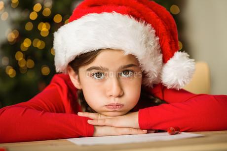 Little girl waiting for santaの写真素材 [FYI02234453]