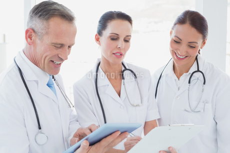Doctors standing beside each otherの写真素材 [FYI02234461]
