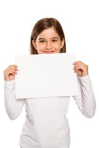 Cute little girl showing cardの写真素材 [FYI02234469]