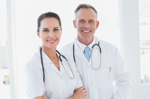 Doctors smiling and working togetherの写真素材 [FYI02234507]