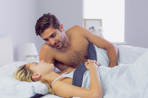 Handsome man leaning over his girlfriendの写真素材 [FYI02234669]