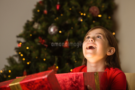 Little girl opening a magical christmas giftの写真素材 [FYI02234675]