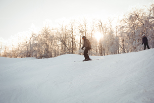 Two skiers skiing in snowy alpsの写真素材 [FYI02234833]