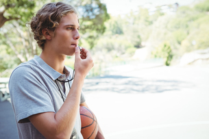 Man with basketball whistlingの写真素材 [FYI02234836]