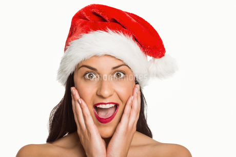 Surprised woman wearing santa hatの写真素材 [FYI02234837]