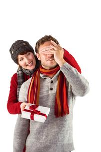 Woman giving man a presentの写真素材 [FYI02234870]