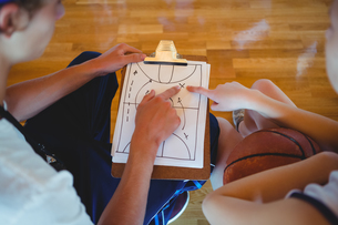 Coach explaining diagram to female basketball playerの写真素材 [FYI02234878]