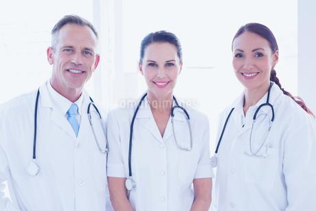 Doctors standing beside each otherの写真素材 [FYI02234949]
