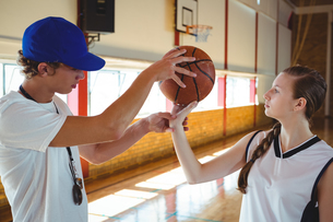 Male coach training female basketball playerの写真素材 [FYI02234980]