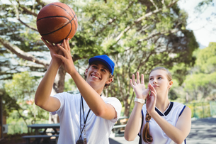 Coach training basketball player in courtの写真素材 [FYI02235003]