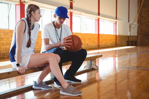 Coach talking with female basketball playerの写真素材 [FYI02235100]