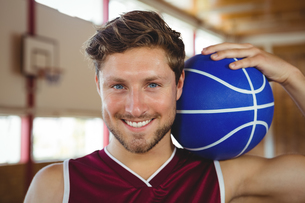 Close up portrait of smiling basketball player holding ballの写真素材 [FYI02235186]