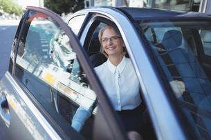 Businesswoman exiting carの写真素材 [FYI02235204]