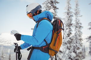 Skier standing and looking at the mapの写真素材 [FYI02235232]