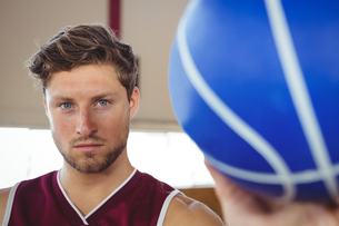 Close up portrait of serious basketball player holding ballの写真素材 [FYI02235348]