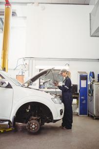 Female mechanic using digital tabletの写真素材 [FYI02235371]