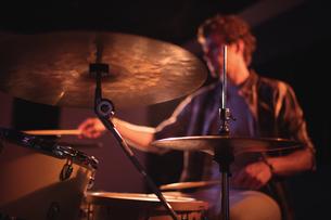 Drummer playing on drum setの写真素材 [FYI02235568]