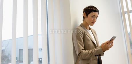 Businesswoman using mobile phoneの写真素材 [FYI02235572]