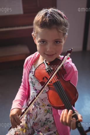 Portrait of girl student rehearsing violinの写真素材 [FYI02235583]