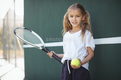 Girl holding tennis racket and ballの写真素材 [FYI02235587]