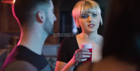 Friends enjoying the drinks in barの写真素材 [FYI02235593]