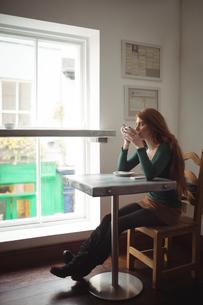 Beautiful woman having coffeeの写真素材 [FYI02235612]