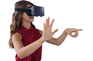 Teenage girl using virtual reality headsetの写真素材 [FYI02235622]
