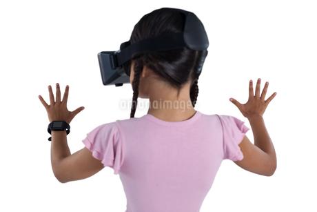 Girl using virtual reality headsetの写真素材 [FYI02235645]