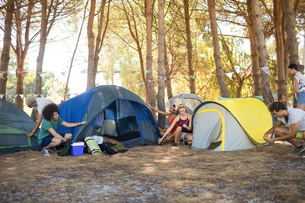 Friends setting up tent at campsiteの写真素材 [FYI02235686]